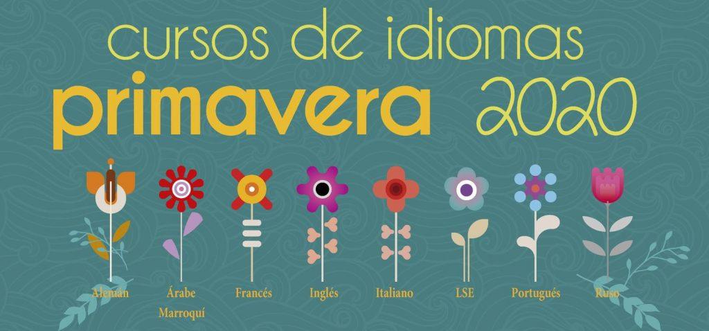 Expositor sobre Cursos de idiomas Primavera 2020 del CSLM en la entrada del Aulario
